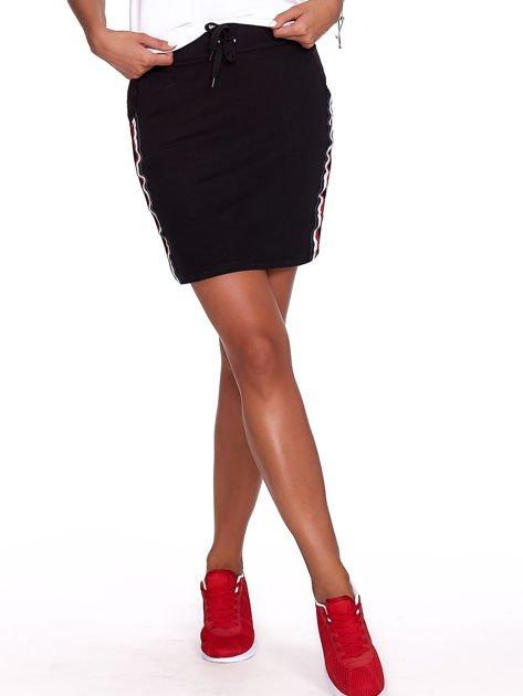 Czarna dresowa spódnica mini z kieszeniami i paskami                              zdj.                              1