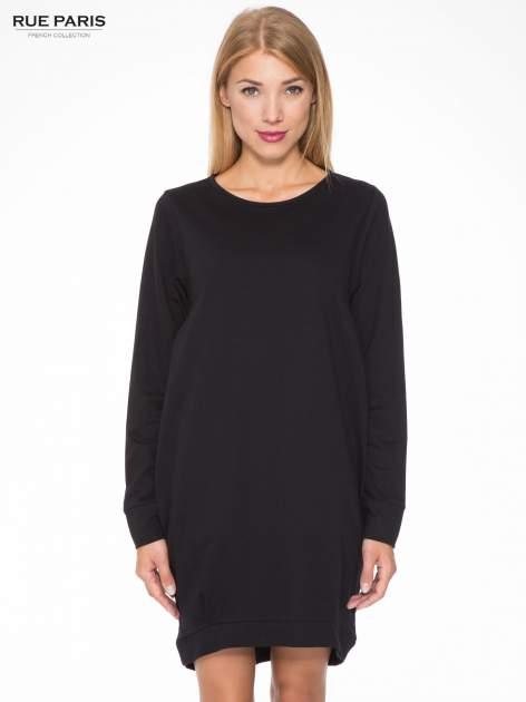 Czarna dresowa sukienka oversize z ozdobnymi kieszeniami                                  zdj.                                  1