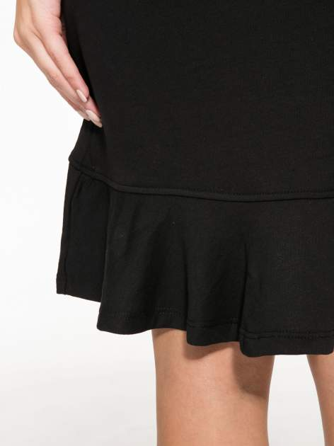 Czarna dresowa sukienka z kapturem i falbaną na dole z napisem BSL                                  zdj.                                  10