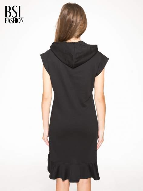 Czarna dresowa sukienka z kapturem i falbaną na dole z napisem BSL                                  zdj.                                  2
