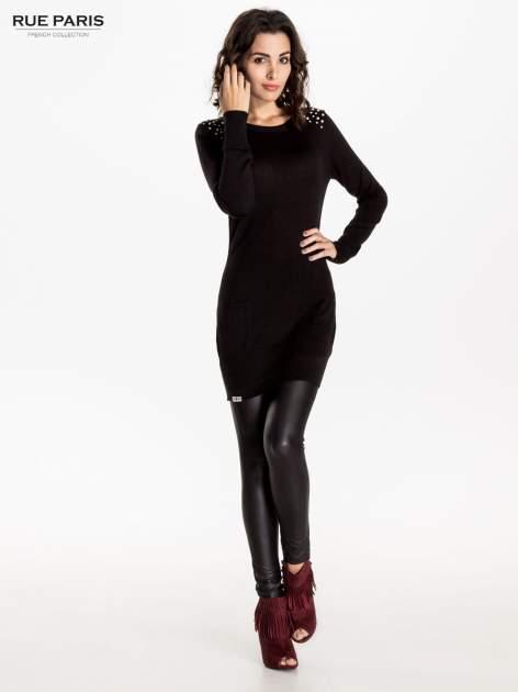 Czarna dzianinowa sukienka z perełkami na ramionach                                  zdj.                                  7