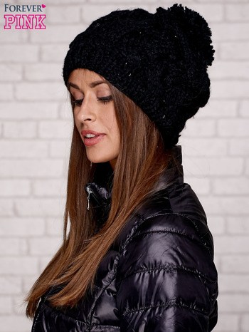 Czarna dziergana czapka z pomponem