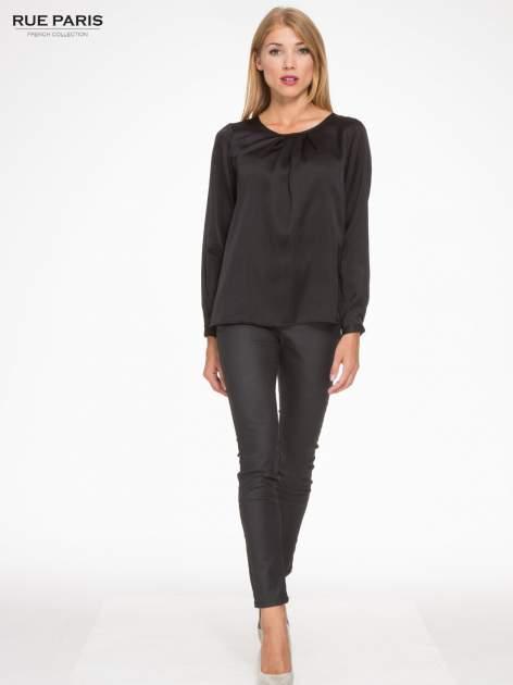 Czarna elegancka atłasowa koszula z zakładkami przy dekolcie                                  zdj.                                  4