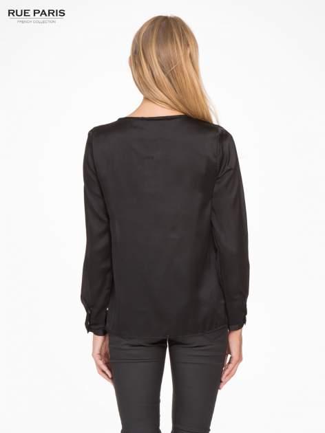 Czarna elegancka atłasowa koszula z zakładkami przy dekolcie                                  zdj.                                  2