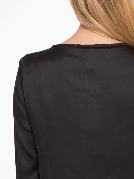 Czarna elegancka atłasowa koszula z zakładkami przy dekolcie                                  zdj.                                  9