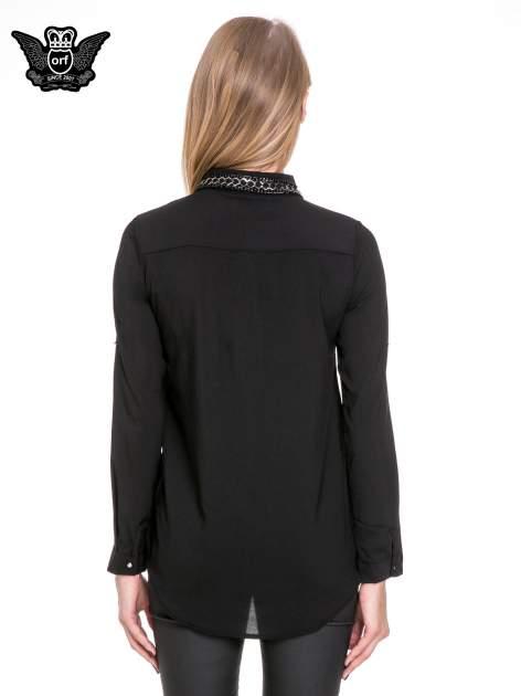 Czarna elegancka koszula z łańcuszkami na kołnierzyku                                  zdj.                                  4