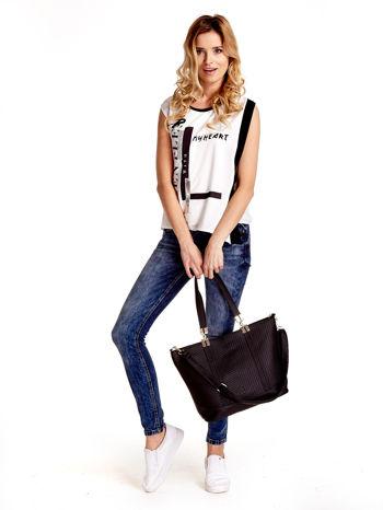 Czarna fakturowana torebka damska ze złotymi okuciami                                  zdj.                                  3