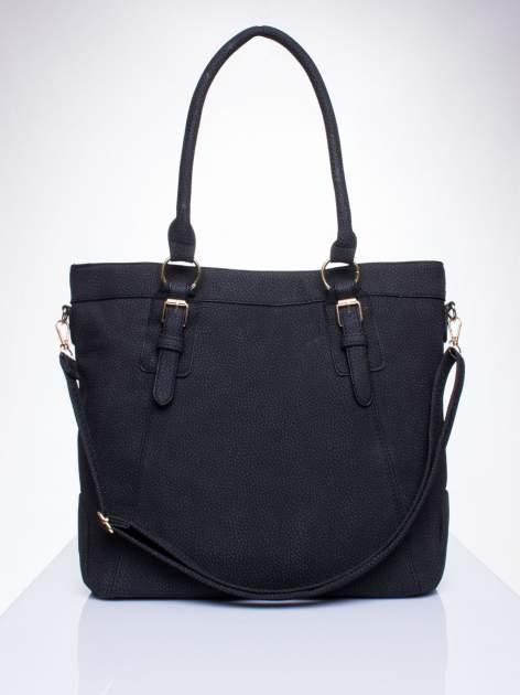 Czarna fakturowana torebka z klamerkami