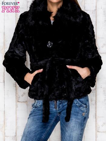 Czarna futrzana kurtka z wiązaniem                              zdj.                              1