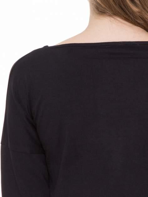 Czarna gładka bluzka z ozdobnymi przeszyciami                                  zdj.                                  5