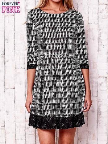 Czarna graficzna sukienka z koronkowym wykończeniem                                  zdj.                                  1