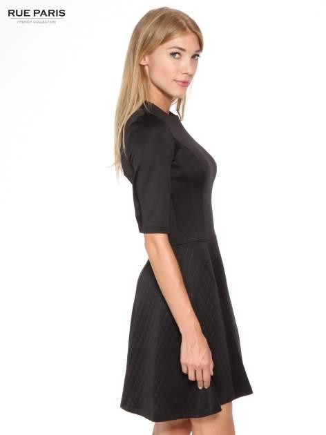 324c62a8bc 2  Czarna klasyczna sukienka z rozkloszowanym dołem w pikowany wzór ...