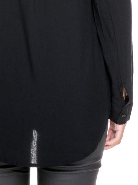 Czarna koszula w stylu boho ze wzorzystą listwą i kołnierzykiem                                  zdj.                                  8