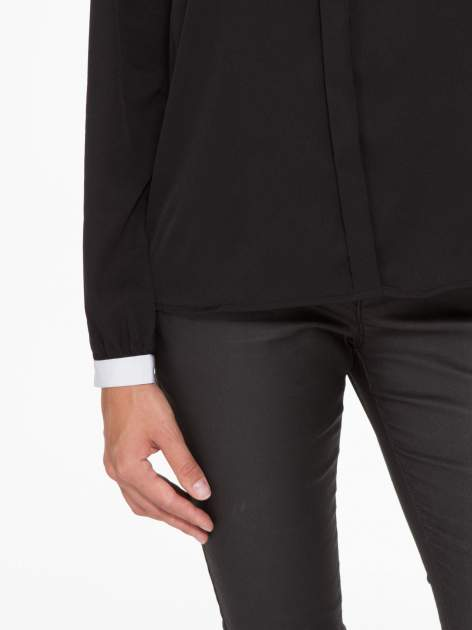 Czarna koszula z kontrastową lamówką przy dekolcie i mankietami                                  zdj.                                  8