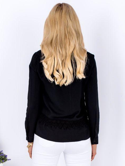 Czarna koszula z koronkową lamówką                              zdj.                              2
