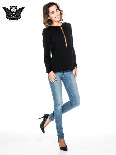 Czarna koszula z marszczonym dekoltem i wzorzystą wstawką w stylu hippie                                  zdj.                                  2