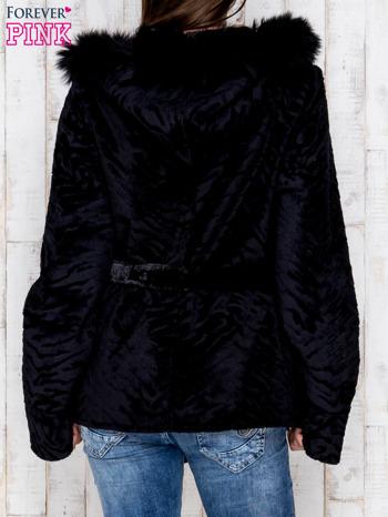 Czarna kurtka z futrzanym kapturem i paskiem                                  zdj.                                  2