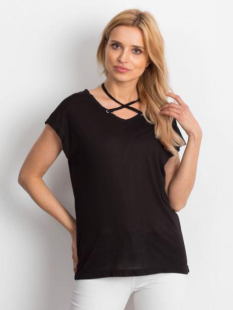Czarna lejąca bluzka z cienkimi paseczkami                              zdj.                              1