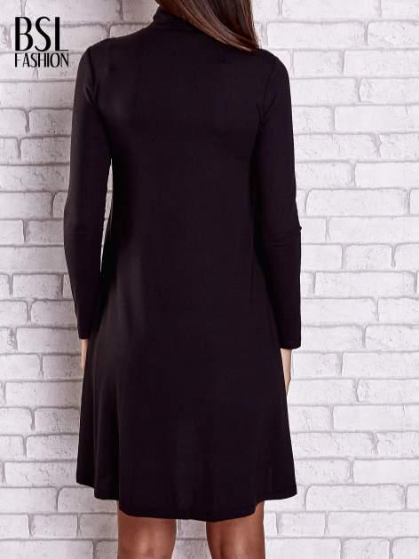 Czarna lejąca sukienka z golfem                                  zdj.                                  6