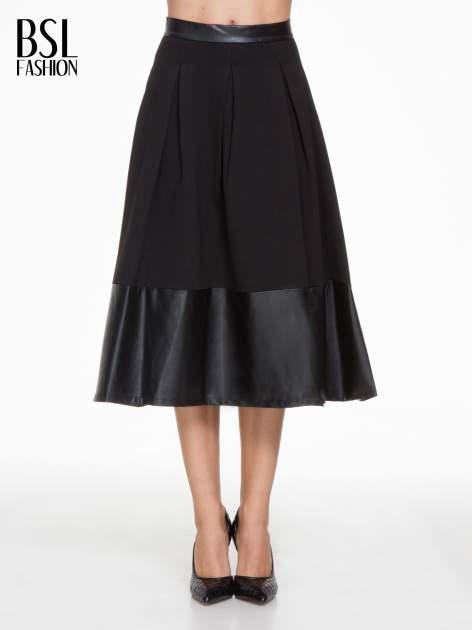 Czarna midi spódnica ze skórzanym pasem na dole                                  zdj.                                  1