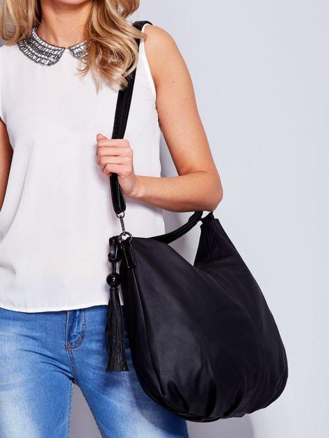 Czarna miękka torba na ramię z ozdobną przywieszką                                  zdj.                                  7