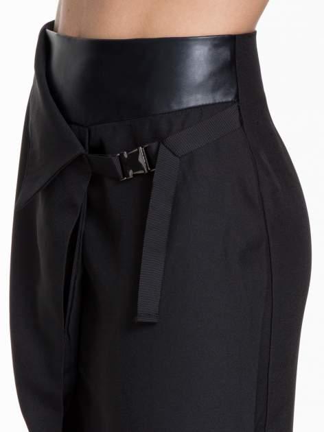 Czarna ołówkowa spódnica z zakładkami i skórzanym pasem                                  zdj.                                  9