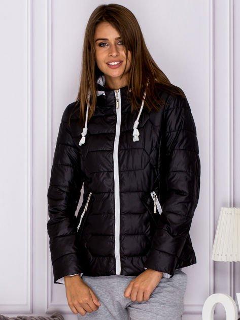 Czarna pikowana kurtka przejściowa z ozdobnymi suwakami                              zdj.                              1