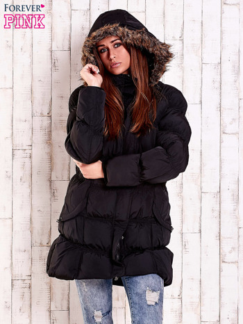 Czarna pikowana kurtka z futrzanym wykończeniem kaptura                                  zdj.                                  4