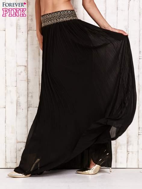 Czarna plisowana spódnica maxi z pasem przeszywanym metaliczną nicią                                  zdj.                                  2