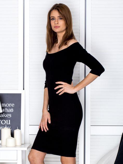 Czarna prążkowana sukienka odsłaniająca ramiona                              zdj.                              3