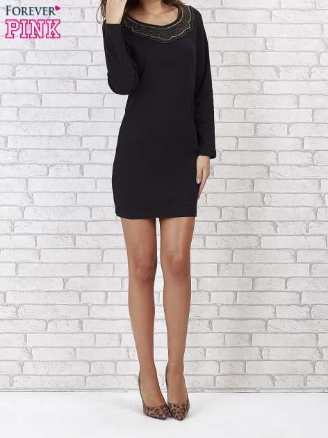 Czarna prosta sukienka z koronkowym dekoltem