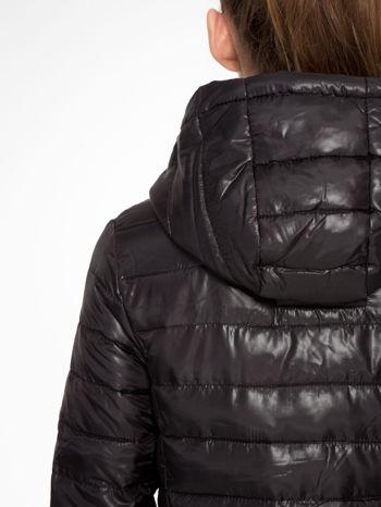 Czarna puchowa kurtka z błyszczącego materiału z kapturem                                  zdj.                                  6
