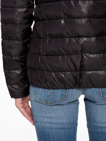 Czarna puchowa kurtka z błyszczącego materiału z kapturem                                  zdj.                                  7