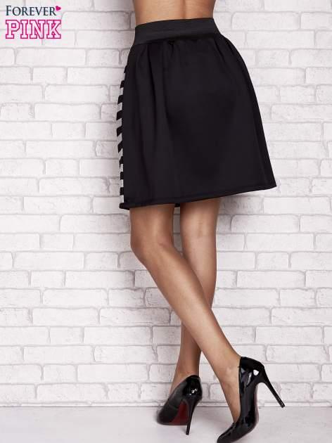 Czarna rozkloszowana spódnica w paski                                  zdj.                                  3