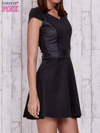 Czarna rozkloszowana sukienka ze skórzanym pasem                                  zdj.                                  3