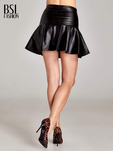 Czarna skórzana spódnica mini z falbaną                                  zdj.                                  4