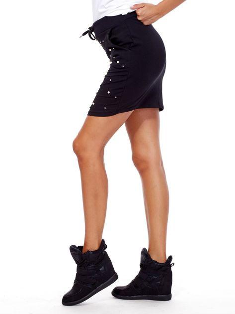 Czarna spódnica dresowa z perełkami i kieszeniami                              zdj.                              3