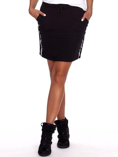 Czarna spódnica z tekstowymi lampasami                              zdj.                              1