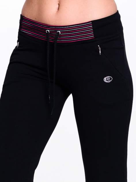 Czarna spodnie dresowe z czerwoną wstawką                                  zdj.                                  5