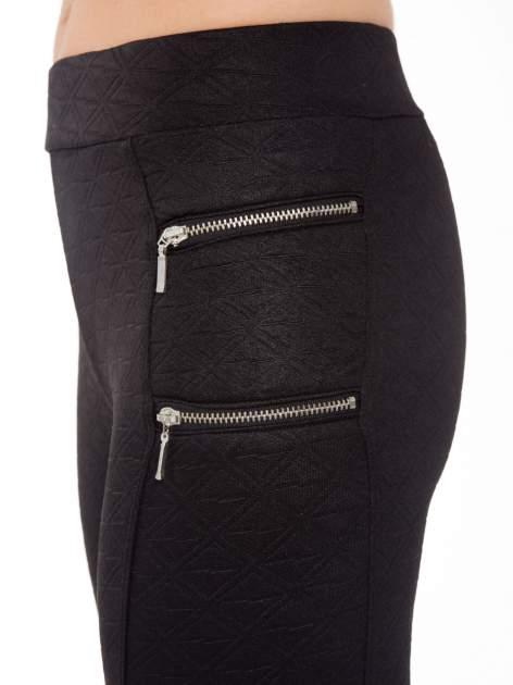 Czarna spodnie tregginsy tłoczone w geometryczny wzór                                  zdj.                                  5