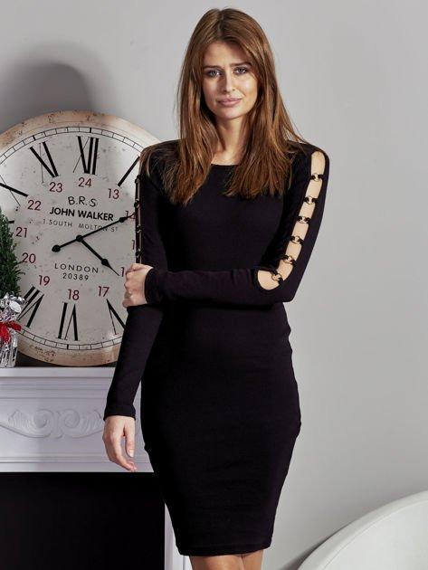 Czarna sukienka codzienna ze złotymi kółkami na rękawach                              zdj.                              1
