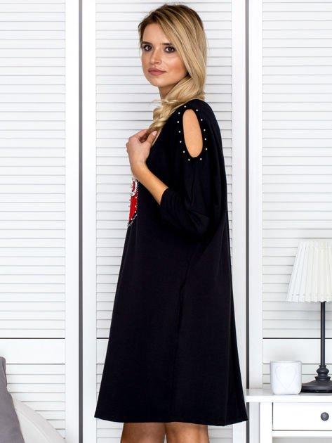 Czarna sukienka damska oversize z perełkami i okrągłą naszywką                              zdj.                              5