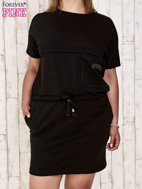 Czarna sukienka dresowa wiązana w pasie PLUS SIZE                                  zdj.                                  1