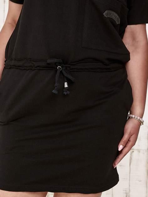 Czarna sukienka dresowa wiązana w pasie PLUS SIZE                                  zdj.                                  5