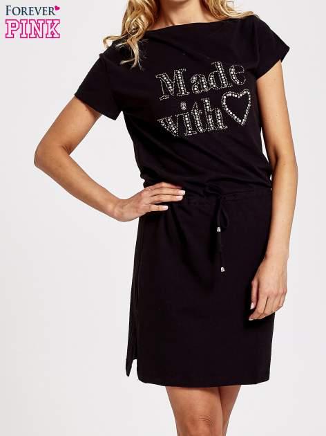 Czarna sukienka dresowa wiązana w pasie z aplikacją z dżetów                                  zdj.                                  1