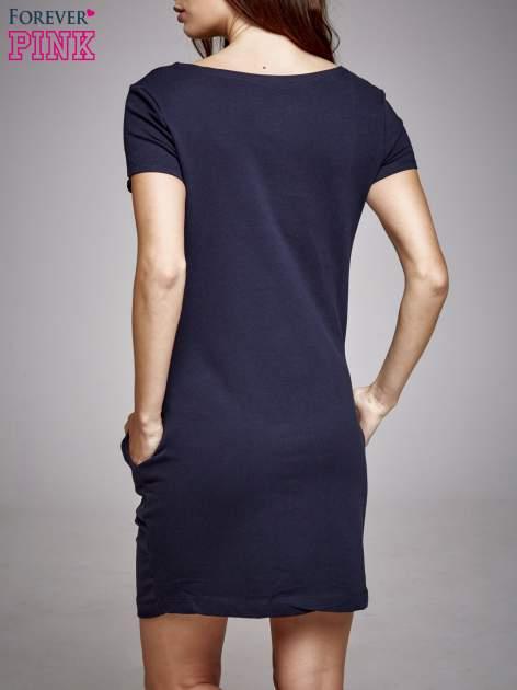 Czarna sukienka dresowa z aplikacją serca                                  zdj.                                  2