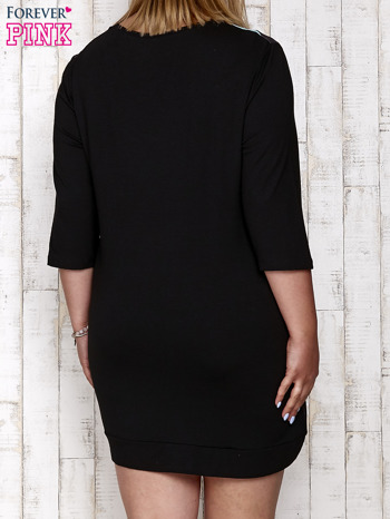 Czarna sukienka dresowa z nadrukiem gwiazd PLUS SIZE                                  zdj.                                  4
