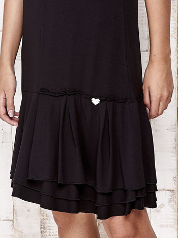 Czarna sukienka dresowa z ozdobną falbaną                                  zdj.                                  5