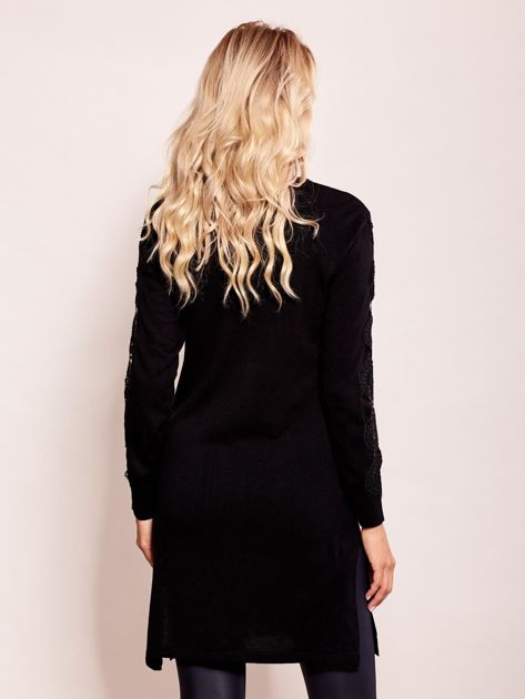 Czarna sukienka dzianinowa z koronką na rękawach                              zdj.                              2