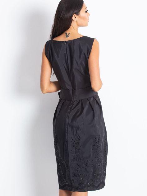 Czarna sukienka koktajlowa z kokardą                              zdj.                              4
